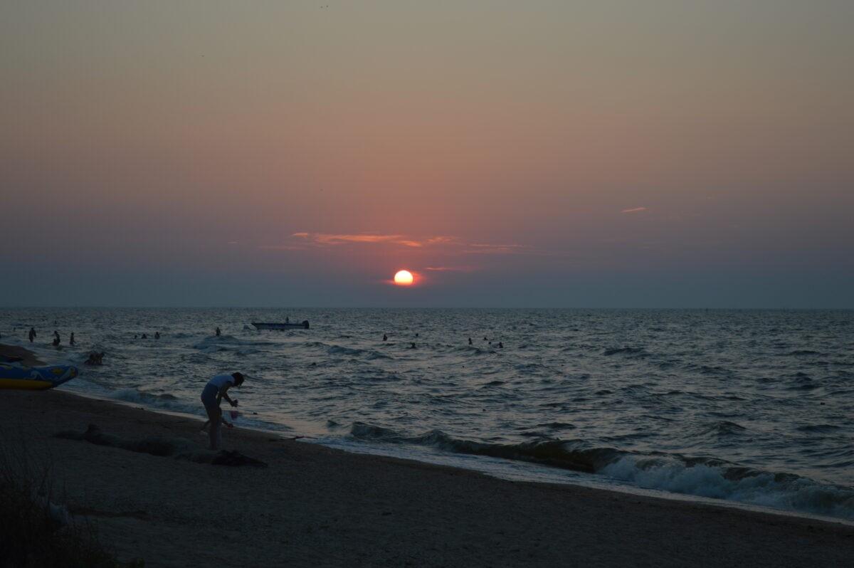 Закат дня на берегу Азовского моря